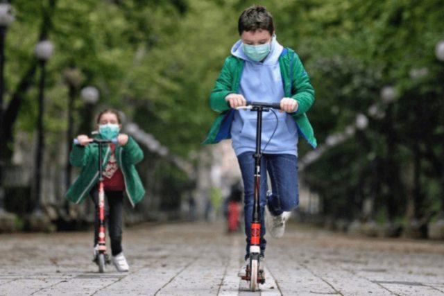 Niños jugando de forma segura