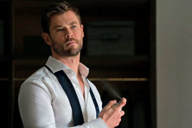 Chris Hemsworth aplicándose perfume
