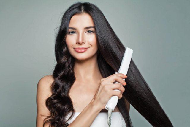 Mujer alisándose el cabello
