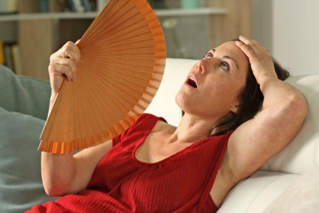 Mujer con sofocos por menopausia