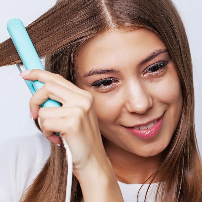 Mujer con plancha de cabello