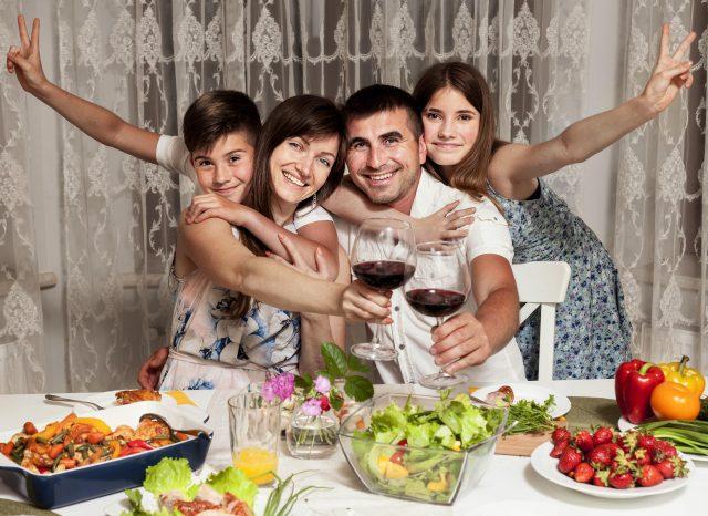 Familia disfrutando de una rica cena