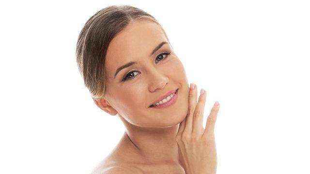 Mujer cuidándose la piel